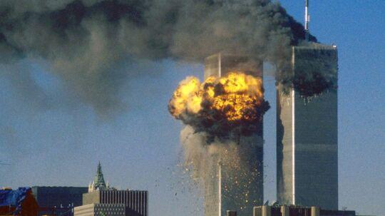 11. September 2001 klokken 09:04. Flight 175 rammer World Trade Centers sydtårn. I forvejen er Nordtårnet blevet ramt af et andet fly.