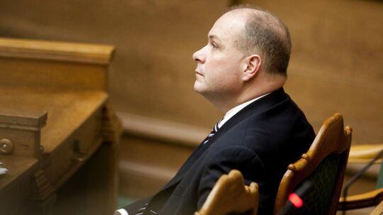 Venstre-manden Mads Lindholm fra Aalborg opgiver sit kandidatur for at gøre plads til Søren Gade. Her ses Søren Gade på plads på ministerrækkerne, da han var en del af VK-regeringen.