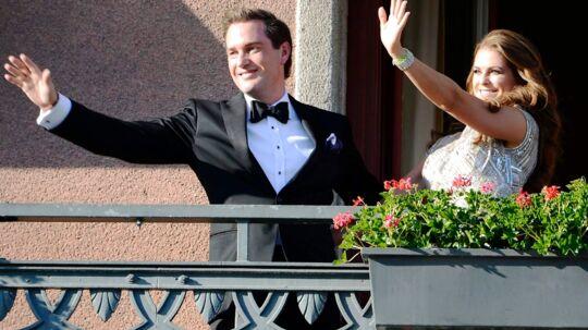Lørdag skal 31-årige prinsesse Madeleine giftes med sin forlovede, den 38-årige amerikanske finansmand Christopher O'Neill. Her ses parret sammen på balkonen på Grand Hotel til en middag for parret fredag 7. juni 2013 - dagen før brylluppet.