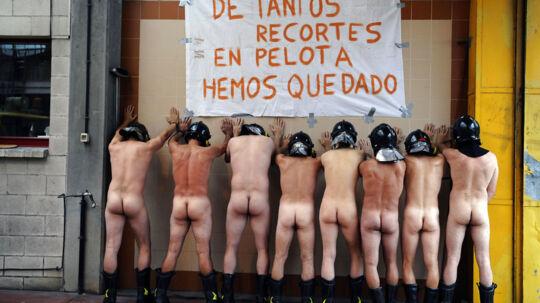Otte nøgne brandmænd demonstrerer mod regeringens nedskæringer.