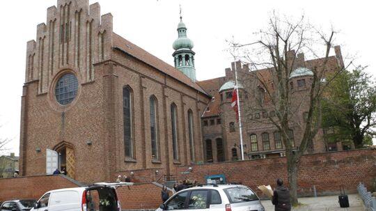 De pårørende er begyndt at ankomme til Messiaskirken i Charlottenlund, hvor Palle Simonsen skal begraves klokken 10.