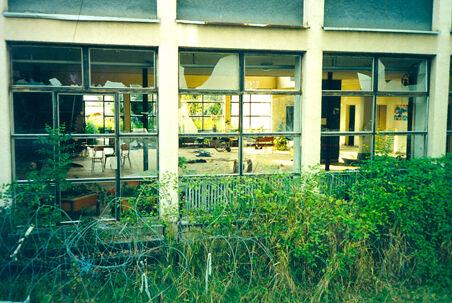 I denne bygning blev ni efterladte handicappede nådeløst henrettet mens det danske kompagni FN-soldater forholdt sig passivt
