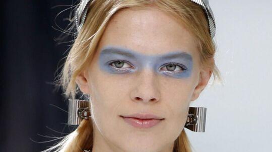 FEELING BLUE?De fleste af os er forlængst gået i vinterhi iført en bunke uldtrøjer og sæsonens mørke bær- og blommefarver, så mon ikke at et par dugfriske forårsfornemmelser fra Paris vil falde på et tørt (og koldt) sted. I denne uge satte Chanel en fed streg under forårets store makeuptendens - farven blå. Og modsat designerne Mary Katrantzou, Marc Jacobs m.fl, som også slår et slag for 'blå øjne' til foråret, var Chanels makeup-artist, Tom Pecheux, ikke karrig med kuløren. Chanels yndigheder spankulerede således rundt på podiet med kunstfærdige, blå masker.Klik videre og se nærmere på tendensen...Foto: Chanel S/S 2016