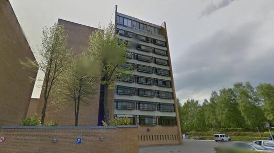 Det var fra en altan på 8. sal i denne ejendom i Hellebo Park i Helsingør, at manden kastede sig i døden.