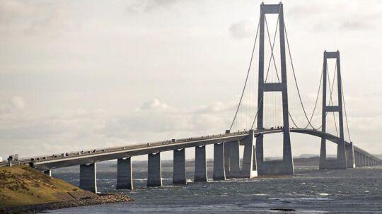 Storebæltsbroen er mandag morgen spærret i retning mod Sjælland, da en bus er væltet på kørebanen.