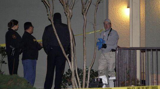 Politiets efterforskere står udenfor lejligheden, hvor en hel familie mistede livet i Grapevine, Texas. Politiet fandt de syv omkomne omgivet af deres nyligt åbnede julegaver.