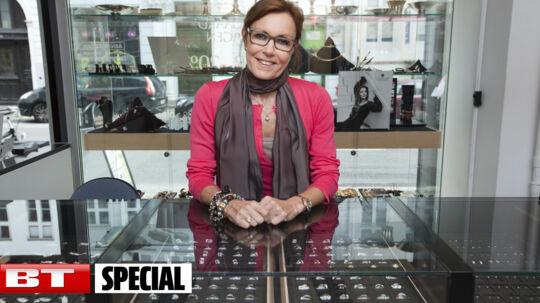 Louise Frevert bag disken i den smykkebutik hvor hun har fået arbejde.