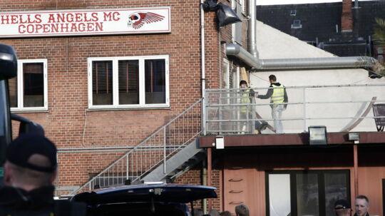 Politiet ransagede onsdag 17 rockerborge over hele Sjælland og anholdt ca. 100 rockere, hvoraf seks af dem fremstilles i grundlovsforhør i Helsingør kl. 14. i dag. Her ses politiet ved Hells Angels' rockerborg på Svanevej i Københavns Nordvestkvarter.