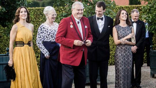 Røde Kors fylder i år 150 år. Derfor inviterede Røde Kors torsdag til stor velgørenhedsmiddag på Orangeriet på Fredensborg. Til middagen var regentparret, Kronprinsessen, prins Joachim, prinsesse Marie, samt toppen af dansk erhvervs- og organisationsliv.