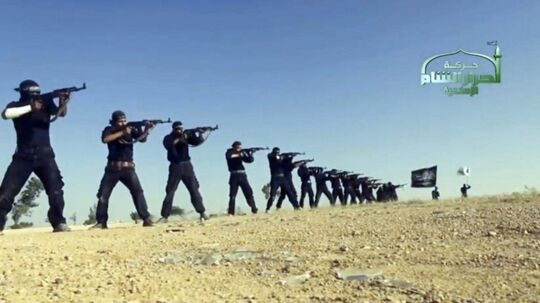 """-Arkiv- RB PLUS Vigtig sejr i kampen mod Islamisk Stat BV.: An image grab taken from a propaganda video uploaded on September 7, 2013 by Syria's Islamist Ahrar al-Sham group shows its members taking part in a training session at an undisclosed location in Syria. Syria's Islamist Ahrar al-Sham rebel brigade named new chiefs on September 10, 2014 after a devastating blast that killed nearly 30 members of its leadership in northeastern Idlib province. Ahrar al-Sham is a key component in the Islamic Front rebel coalition, which has been battling both President Bashar al-Assad's regime, and jihadists from the Islamic State group. AFP PHOTO / HO / AHRAR AL-SHAM === RESTRICTED TO EDITORIAL USE - MANDATORY CREDIT """"AFP PHOTO / HO / AHRAR AL-SHAM """" - NO MARKETING NO ADVERTISING CAMPAIGNS - DISTRIBUTED AS A SERVICE TO CLIENTS FROM ALTERNATIVE SOURCES, AFP IS NOT RESPONSIBLE FOR ANY DIGITAL ALTERATIONS TO THE PICTURE'S ==="""