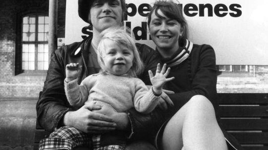 Kim Larsen, musiker, sanger og sangskriver sammen med fru Hanne og sønnen Sylvester - fotograferet samtidig med at Søren Bernbom var som en søn i familien.