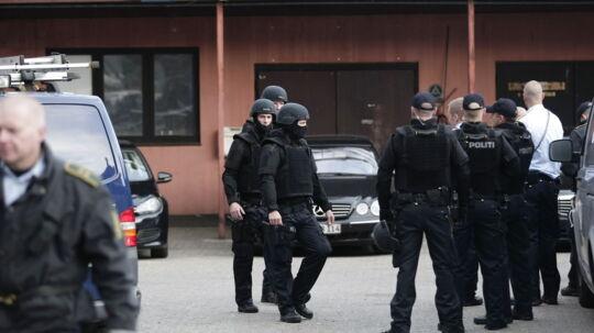 Det var ikke kun i Nordsjælland, politiet var på jagt efter våben og narkotika hos rockerne. Her er det HA's rockerborg på Svanevej i Københavns Nordvestkvarter, der er på vej til at få endevendt klubhuset af kampklædte betjente.
