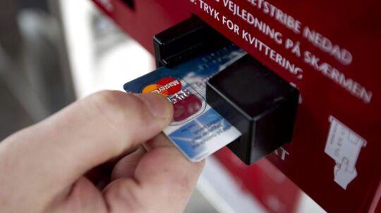 To rumænere er står tiltalt for at aflure dankort-koder med skjult kamera hos 246 kunder på tankstationer over hele Sjælland.