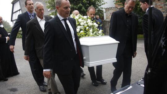 Venner, familie og forretningspartnere strømmer til milliardæren Michael Henriksen og cykeldirektøren Mark Jacobsens begravelser lørdag formiddag. De to erhvervsmænd er ikke blevet glemt siden den tragiske helikopterulykke, der kostede dem og to andre livet for to uger siden.