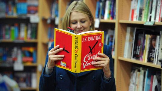 Fra i dag kan Rowlings første voksenbog købes. Først til november kommer den i dansk oversættelse.