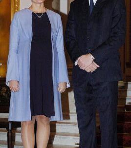 Kronprins Haakon er en af fadderne til kronprins Frederik og kronprinsesse Marys søn. Her sammen med Mette-Marit. Foto: AFP