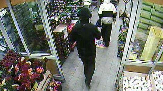 Disse to røvere efterlyses, efter de mandag begik røveri mod en Netto-forretning i Ringsted.
