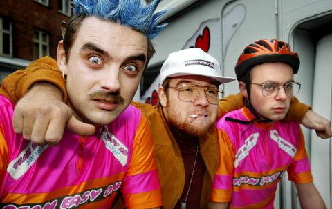 Simon Kvamm, Rune Tolsgaard og Esben Pretzmann som cykelholdet »Team Easy On« i DR2-serien »Drengene fra Angora«. Foto: Peter Clausen