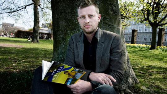 Søren Sorgenfri med bogen om Per Nielsen.