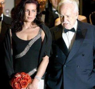 At dømme efter prinsesse Stephanies og fyrst Rainiers dystre miner var det heller ikke ligefrem familieidyl, der herskede, da far og datter 22. marts deltog i Rosenballet i Monte Carlo. Foto: Getty Images