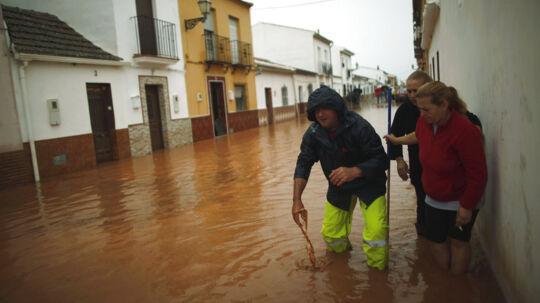 Flere tusinde er blevet evakueret, efter massivt regnvejr oversvømmede store dele af Sydspanien fredag. Her ses beboere i byen Bobadilla tæt ved Malaga.