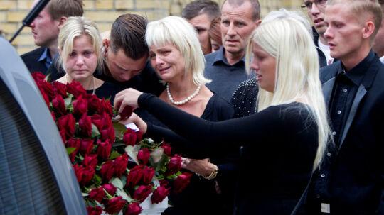 Her ser milliardæren Michael Henriksens nære farvel. Han omkom 5. september 2014 i en helikopter-ulykke
