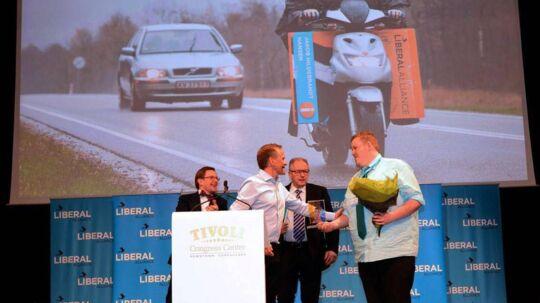 Jakob Hildebrandt ses her på sin scooter under valgkampen, hvor han er på vej ud med sine valgplakater. Foto: Facebook.