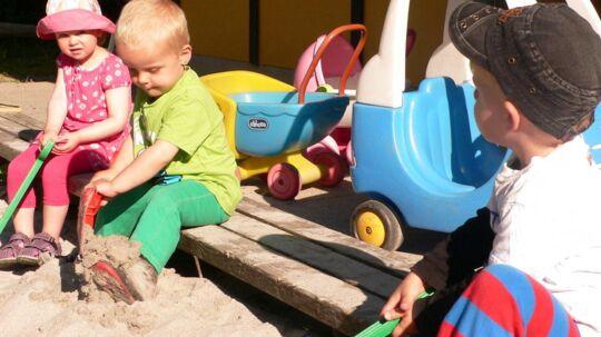 Legetøj vrimler med mikroorganismer, der stammer fra børnenes snot og savl, hvilket betyder, at børn ofte smitter hinanden med sygdomsfremkaldende bakterier og virus.