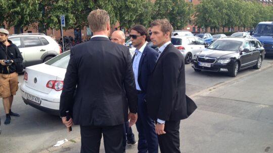 Her bliver Yahya Hassan eskorteret bort fra den nye stormoské i København af sine livvagter.