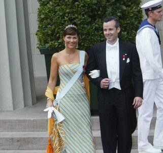 De kommende trebarnsforældre, Märtha Louise og Ari Behn, til Frederik og Marys bryllup i København.