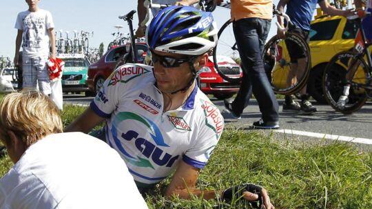 Arnaud Coyot, der her ligger i vejkanten efter et styrt i Tour de France 2011, blev dræbt ved ulykken.