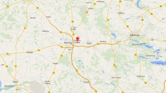 En 75-årig mand blev natten til fredag overfaldet af en indbrudstyv i sit hjem i Hammerumholm ved Herning.