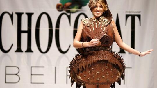 Modellerne var udsmykket med chokolade ved modeshowet »Salon Du Chokolat« i den libanesiske hovedstad, Beirut.Designeren var den lokale Abed Mahfouz, der har syet tøj til bl.a. Carrie Underwood, Selena Gomez, Lindsay Lohan og Natasha Bedingfield, mens dessertkokken Charles Azar bød ind med sin viden om chokolade.