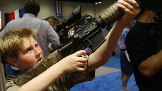 Intet siger 'glædelig jul' som et frisk lille maskingevær. Amerikanerne giver hinanden automatvåben som aldrig før - som julegaver. Her er det den ti-årige Andreas Piazza fra Florida, der tjekker godterne ud.