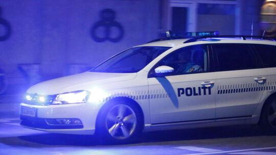 Kvart i ni søndag aften flygtede to bilister i en hvid Peugeot, efter at have påkørt en fodgænger i Valbyparken. Mindre end tre kvarter senere anholdt Nordsjællands Politi to personer i den efterlyste hvide Peugeot i Stenløse/Ølstykke med blodstænk på kølerhjelmen. (Arkivfoto)