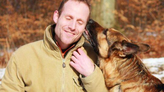 Schæferhunden Thor er død et år efter, han blev reddet fra aflivning. Her ses Thor sammen med sin redningsmand Lars Bo Lomholt.