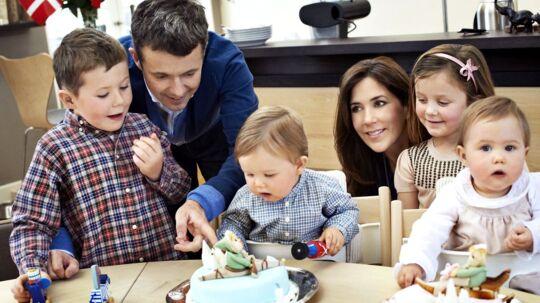 Prins Vincents og prinsesse Josephine bliver fejret på deres1-års fødselsdag. Hvor kagerne, i blå til prinsVincent og rød til Josephine, vækker stor begejstring.