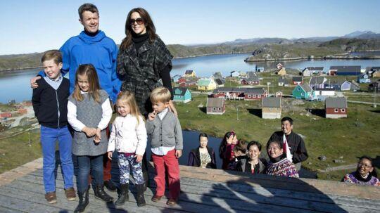 Kronprinsparret er på rundtur i Grønland, hvor de tirsdag har besøgt bygden Qeqertarsuatsiaat (på dansk: Fiskenæsset) med under 300 indbyggere.  Med sig på turen har de deres børn prins Christian, prinsesse Isabella og tvillingerne prins Vincent og prinsesse Josephine.