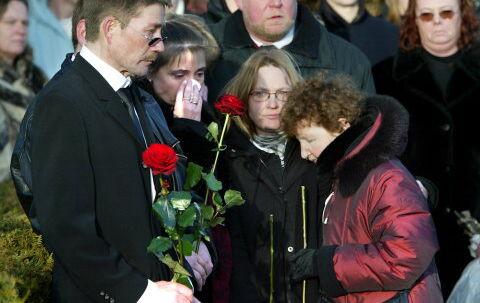 KNUGENDE FARVEL:  Anita blev kun 18 år. Hun blev stukket ihjel med en kniv. Hendes far, Claus, og mor, Anette Staal Pedersen, (halvt skjult med briller) måtte i går gå den tunge gang til kirkegården i Sorgenfri, hvor deres datters kiste blev sænket i jorden.<br>Foto: Jørgen Jessen