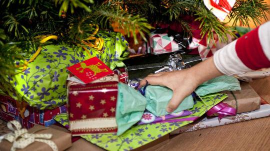 Så er det jul igen - Julegaverne lægges under det pyntede træ af Johannes på 8 år.