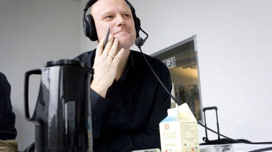 """Danmarks Radios P3 """"Mads og Monopolet"""" fejrer fem års jubilæm lørdag formiddag d.15. november 2008 i radiostudiet i DR-Byen. De fleste af Monopolets deltagere gennem årerne var samlet for at fejre jubilæet, og deltog samtidig i formiddagens direkte udsendelse. Her ses vært Mads Steffensen sprunget op på bordet."""