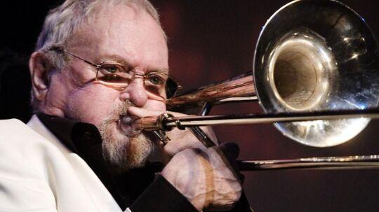 Jazzmusikeren Papa Bue - Arne Bue Jensen - er død i en alder af 81 år. Se billederne fra hans lange swingende liv her.