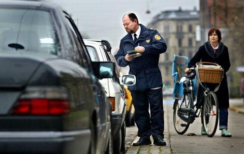 FRIBILLET: Ofte er det spildte kræfter, når parkeringsvagter udskriver bøder til diplomater. De andre landes officielle repræsentanter betaler nemlig kun ca. en fjerdedel af girokortene. Foto: Bjarke Ørsted