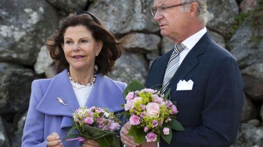 I år skulle det svenske kongepar besøge Nykvärn kommune, men det var den manglende vielsesring på dronning Silvias finger, der stjal al opmærksomhed og satte spekulationer igang i den svenske presse.