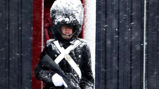 En smule sne i juledagene som her på Amalienborg Slot 1. juledag når ikke at få døgnmiddeltemperaturen i år meget ned. Foto: Nils Meilvang
