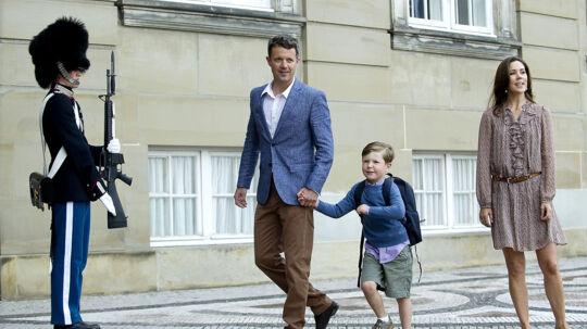 Prins Christian var tydeligt spændt inden sin første skoledag. Her er han ved at sætte i løb på Amalienborg Slotsplads fredag morgen.