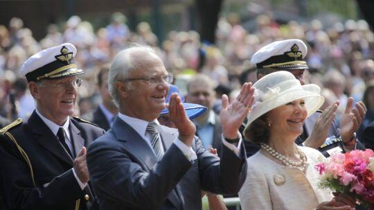 Det svenske kongepar på gaden mandag den 6. juni.