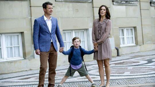 Prins Christian på vej til sin første skoledag i 0. klasse på Tranegårdsskolen.