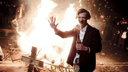 Det brændte flere steder i København nytårsaften. Blandt andet her på Dronning Louises Bro, hvor man brændte juletræer af.