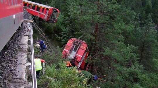 Sådan så det schweiziske tog ud efter at være blevet ramt af et jordskred.